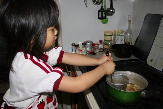 Bé gái từng gây xúc động khi 5 tuổi biết nấu ăn, làm việc nhà trước khi mẹ qua đời vì ung thư bây giờ ra sao?-1