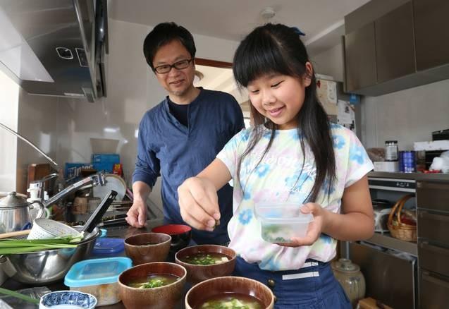 Bé gái từng gây xúc động khi 5 tuổi biết nấu ăn, làm việc nhà trước khi mẹ qua đời vì ung thư bây giờ ra sao?-11