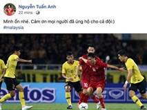 Tuấn Anh trấn an CĐV sau chấn thương đùi ở trận gặp Malaysia