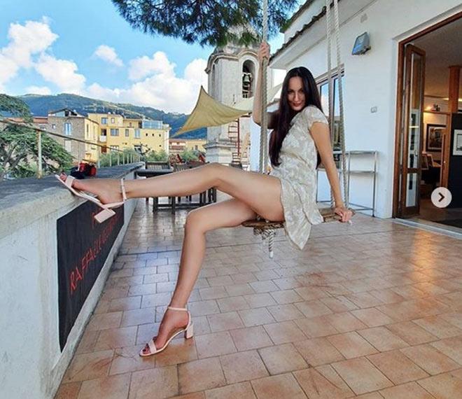 Nữ VĐV cao 2m03 chân dài nhất thế giới dấn thân táo bạo khi biết mình quá đẹp-2