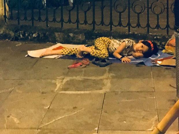 Bé gái nằm vỉa hè nhìn dòng người ăn mừng chiến thắng của ĐT Việt Nam khiến nhiều người xót xa, nhìn kỹ mới nhận ra cô bé từng gây bão MXH-2