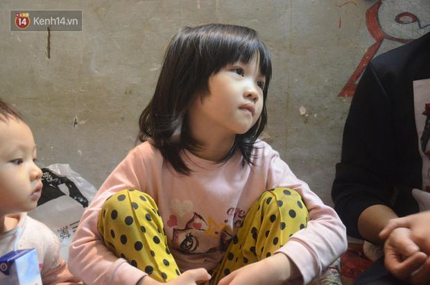 Bé gái nằm vỉa hè nhìn dòng người ăn mừng chiến thắng của ĐT Việt Nam khiến nhiều người xót xa, nhìn kỹ mới nhận ra cô bé từng gây bão MXH-4