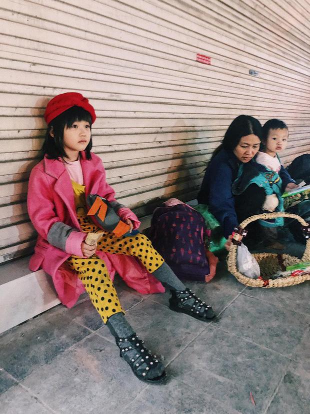 Bé gái nằm vỉa hè nhìn dòng người ăn mừng chiến thắng của ĐT Việt Nam khiến nhiều người xót xa, nhìn kỹ mới nhận ra cô bé từng gây bão MXH-3