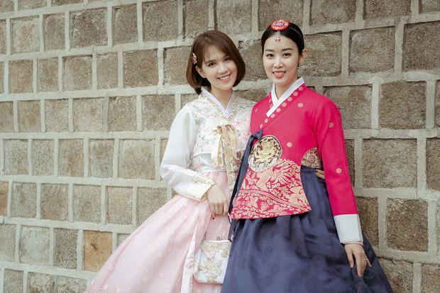 Đổi dáng nhanh như chớp, Ngọc Trinh và Huyền Lizzie quả thật chuyên nghiệp khi chụp ảnh hanbok ở nơi đông người như Seoul-4