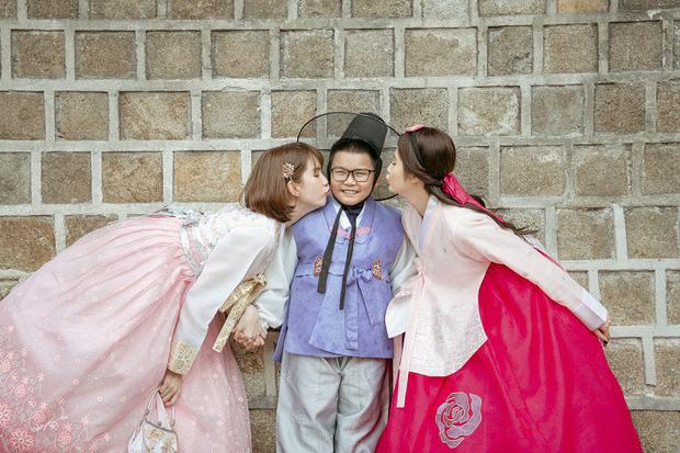 Đổi dáng nhanh như chớp, Ngọc Trinh và Huyền Lizzie quả thật chuyên nghiệp khi chụp ảnh hanbok ở nơi đông người như Seoul-6