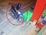 Clip: Xôn xao cặp đôi trung niên dàn cảnh để lấy trộm 4 hộp sữa ngay trước mặt 2 nhân viên bán hàng-3