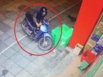 Kẻ gian bịt kín mặt trộm xe máy ở Hà Nội
