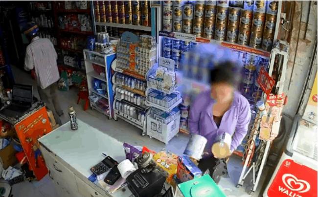 Clip: Xôn xao cặp đôi trung niên dàn cảnh để lấy trộm 4 hộp sữa ngay trước mặt 2 nhân viên bán hàng-2