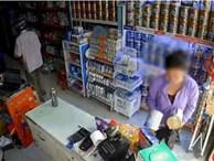 Clip: Xôn xao cặp đôi trung niên dàn cảnh để lấy trộm 4 hộp sữa ngay trước mặt 2 nhân viên bán hàng