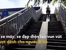 Xe máy lao vun vút trên cầu vượt dành cho người đi bộ