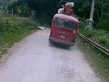 Cậu bé thoát chết khi lao xe đạp vào ôtô khách