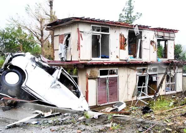 Siêu bão Hagibis tiếp cận Nhật Bản: 2 người chết, nhiều trẻ em bị thương sau khi hàng chục ngôi nhà bị phá hủy do lốc xoáy-1
