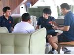 Tuyển Việt Nam gặp sự cố hy hữu: Cầu thủ phải xuống xe giữa đường, cuốc bộ vào sân ở buổi tập đầu tiên tại đảo Bali-14