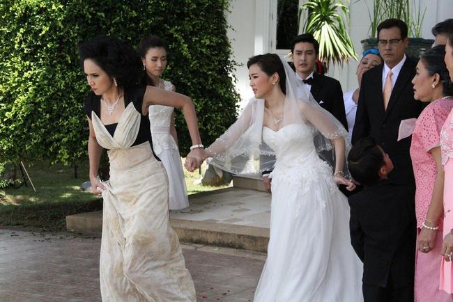 Lỡ chửa trước, ngày cưới bị mẹ chồng bắt đi vào cổng sau cô dâu mới bật lại mẹ chồng rồi kéo tay bố đẻ định về thẳng-2