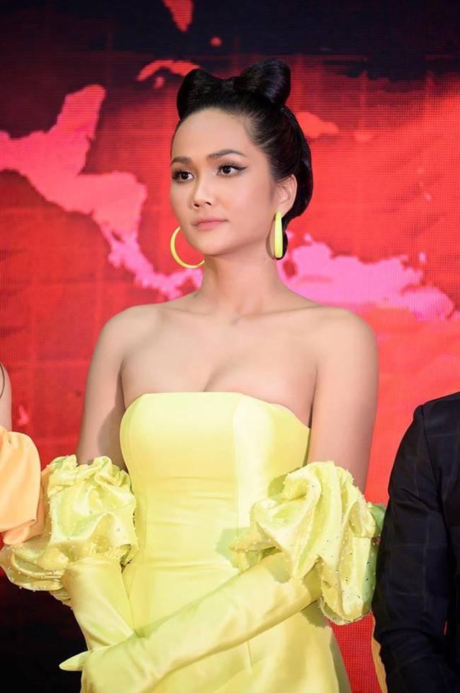 Phi Thanh Vân, Đỗ Mỹ Linh chăm mặc đầm trễ nải gây lo lắng như sắp tụt-12