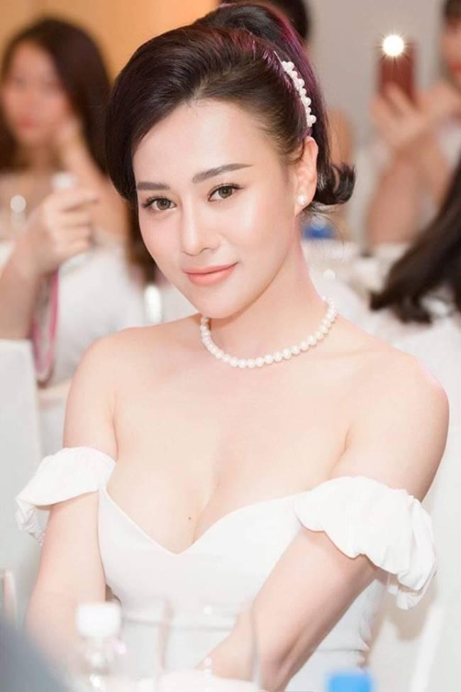 Phi Thanh Vân, Đỗ Mỹ Linh chăm mặc đầm trễ nải gây lo lắng như sắp tụt-5