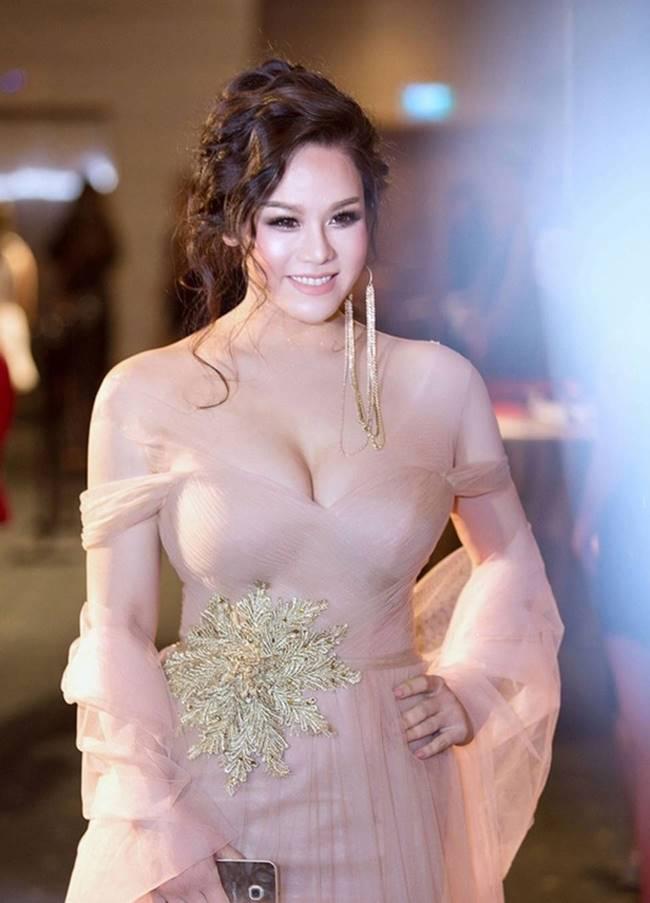 Phi Thanh Vân, Đỗ Mỹ Linh chăm mặc đầm trễ nải gây lo lắng như sắp tụt-14