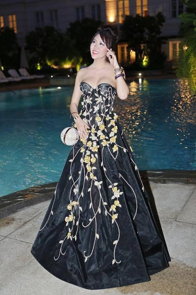 Phi Thanh Vân, Đỗ Mỹ Linh chăm mặc đầm trễ nải gây lo lắng như sắp tụt-3