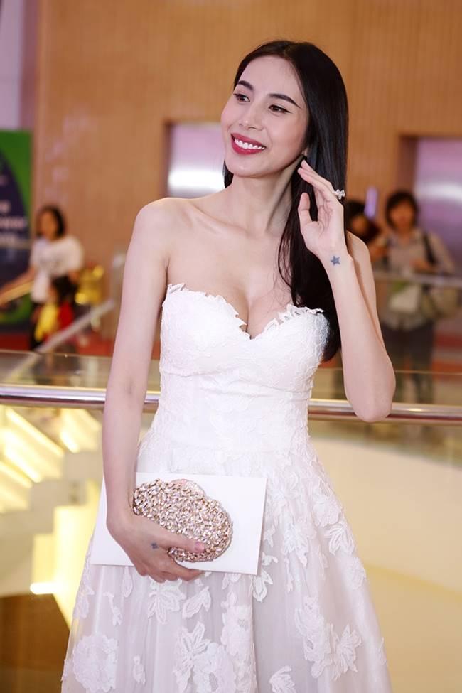 Phi Thanh Vân, Đỗ Mỹ Linh chăm mặc đầm trễ nải gây lo lắng như sắp tụt-8