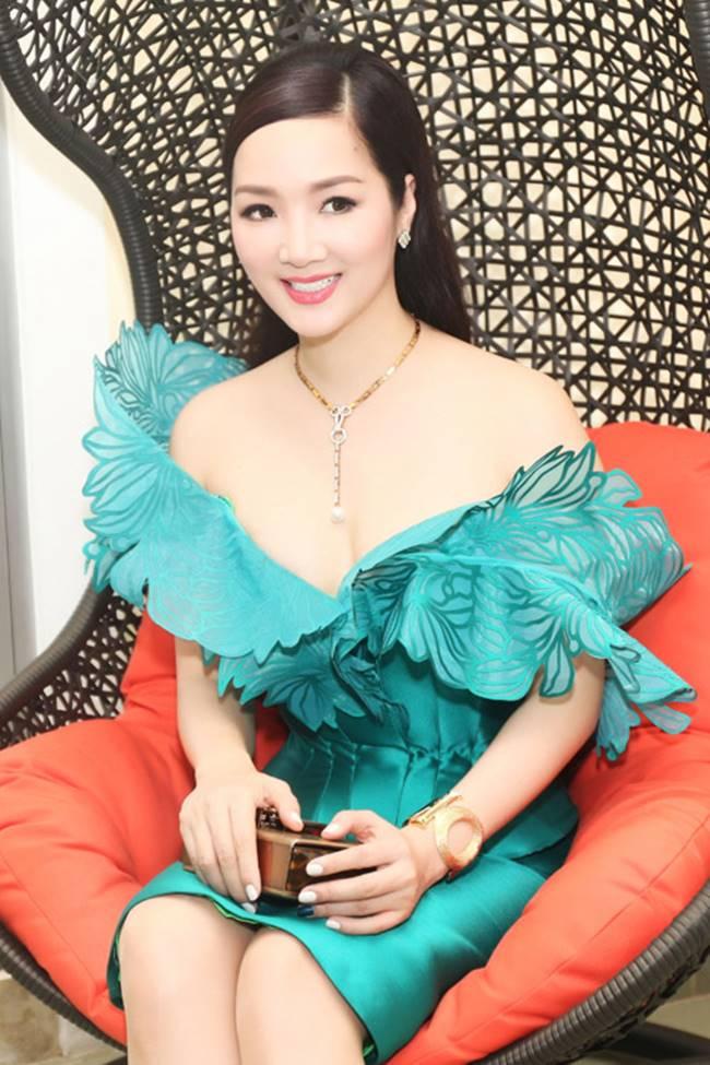 Phi Thanh Vân, Đỗ Mỹ Linh chăm mặc đầm trễ nải gây lo lắng như sắp tụt-9