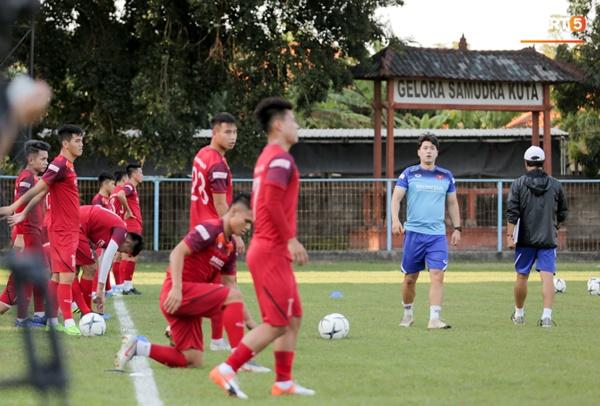 Tuyển Việt Nam gặp sự cố hy hữu: Cầu thủ phải xuống xe giữa đường, cuốc bộ vào sân ở buổi tập đầu tiên tại đảo Bali-1