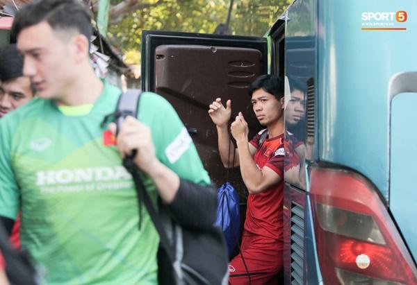 Tuyển Việt Nam gặp sự cố hy hữu: Cầu thủ phải xuống xe giữa đường, cuốc bộ vào sân ở buổi tập đầu tiên tại đảo Bali-2