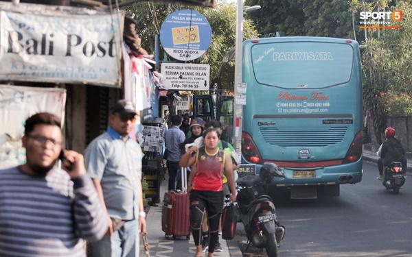 Tuyển Việt Nam gặp sự cố hy hữu: Cầu thủ phải xuống xe giữa đường, cuốc bộ vào sân ở buổi tập đầu tiên tại đảo Bali-3