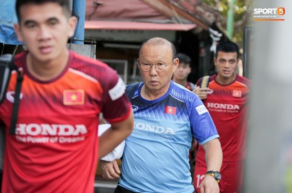 Tuyển Việt Nam gặp sự cố hy hữu: Cầu thủ phải xuống xe giữa đường, cuốc bộ vào sân ở buổi tập đầu tiên tại đảo Bali-4