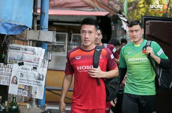 Tuyển Việt Nam gặp sự cố hy hữu: Cầu thủ phải xuống xe giữa đường, cuốc bộ vào sân ở buổi tập đầu tiên tại đảo Bali-5