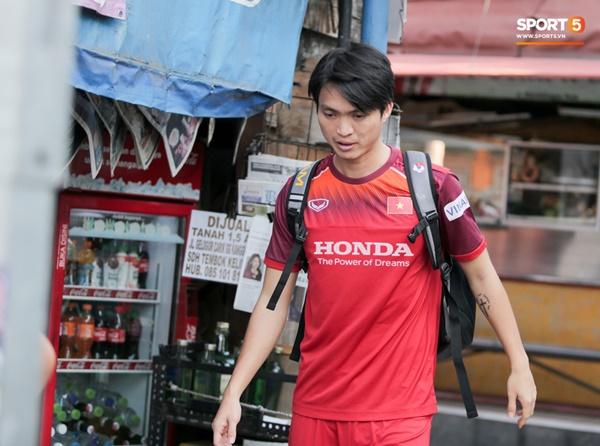 Tuyển Việt Nam gặp sự cố hy hữu: Cầu thủ phải xuống xe giữa đường, cuốc bộ vào sân ở buổi tập đầu tiên tại đảo Bali-7