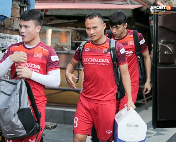 Tuyển Việt Nam gặp sự cố hy hữu: Cầu thủ phải xuống xe giữa đường, cuốc bộ vào sân ở buổi tập đầu tiên tại đảo Bali-8