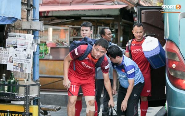 Tuyển Việt Nam gặp sự cố hy hữu: Cầu thủ phải xuống xe giữa đường, cuốc bộ vào sân ở buổi tập đầu tiên tại đảo Bali-9