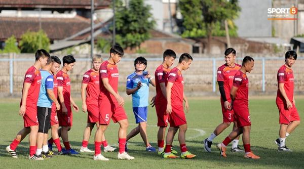 Tuyển Việt Nam gặp sự cố hy hữu: Cầu thủ phải xuống xe giữa đường, cuốc bộ vào sân ở buổi tập đầu tiên tại đảo Bali-12
