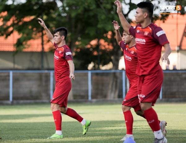 Tuyển Việt Nam gặp sự cố hy hữu: Cầu thủ phải xuống xe giữa đường, cuốc bộ vào sân ở buổi tập đầu tiên tại đảo Bali-13
