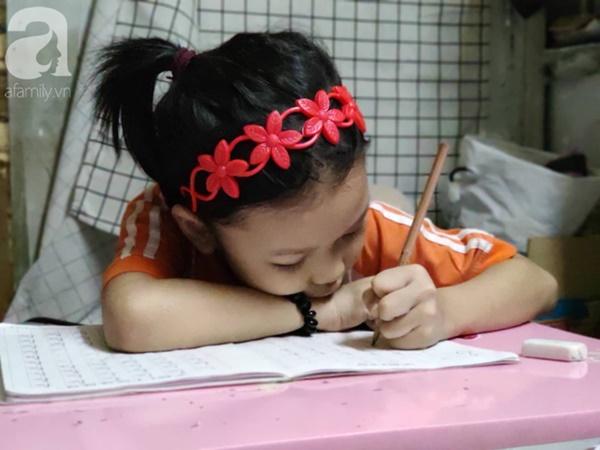 Cuộc sống hiện tại của bé gái phối đồ cũ cực chất từng gây bão MXH: Ban ngày đi học, tối đến cùng mẹ ra vỉa hè bán hàng rong-7
