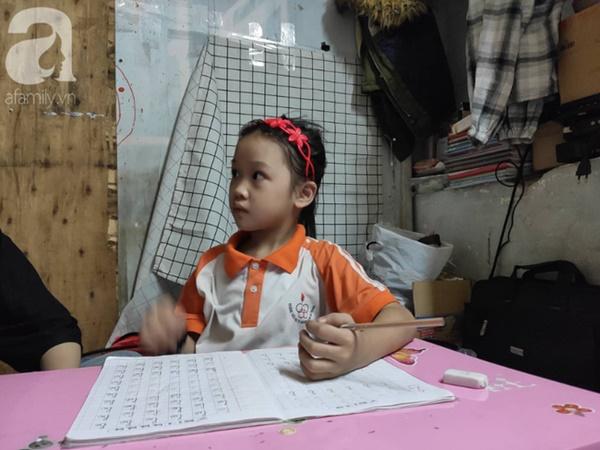 Cuộc sống hiện tại của bé gái phối đồ cũ cực chất từng gây bão MXH: Ban ngày đi học, tối đến cùng mẹ ra vỉa hè bán hàng rong-8