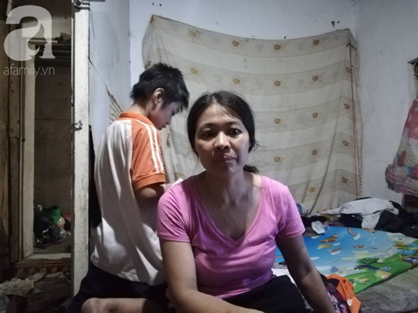 Cuộc sống hiện tại của bé gái phối đồ cũ cực chất từng gây bão MXH: Ban ngày đi học, tối đến cùng mẹ ra vỉa hè bán hàng rong-11