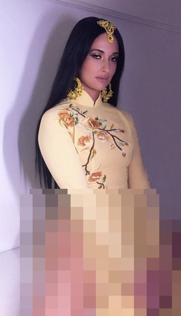 Nữ ca sĩ nhạc đồng quê Kacey Musgraves gây bức xúc khi mặc áo dài Việt Nam nhưng quên mặc quần-5