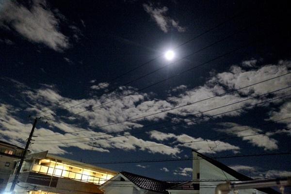 Trái ngược với bầu trời tím dự báo điềm dữ trước khi Hagibis đổ bộ, dân Nhật hứng khởi với cảnh quang đãng, trăng sáng rực lúc siêu bão đi qua-5