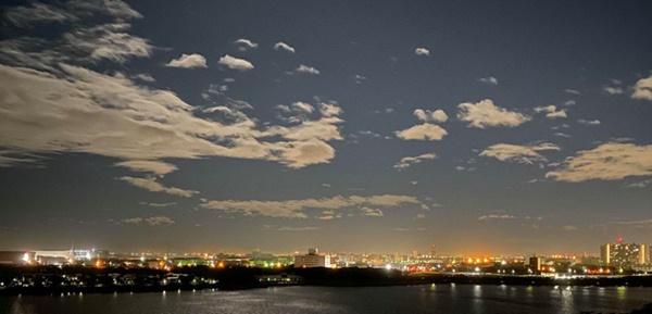 Trái ngược với bầu trời tím dự báo điềm dữ trước khi Hagibis đổ bộ, dân Nhật hứng khởi với cảnh quang đãng, trăng sáng rực lúc siêu bão đi qua-6