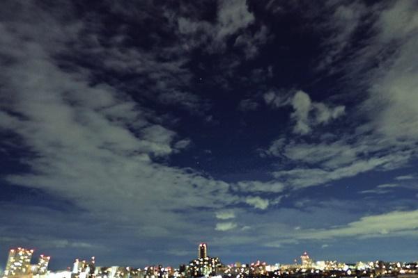 Trái ngược với bầu trời tím dự báo điềm dữ trước khi Hagibis đổ bộ, dân Nhật hứng khởi với cảnh quang đãng, trăng sáng rực lúc siêu bão đi qua-7