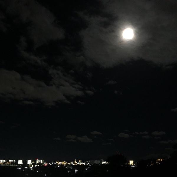 Trái ngược với bầu trời tím dự báo điềm dữ trước khi Hagibis đổ bộ, dân Nhật hứng khởi với cảnh quang đãng, trăng sáng rực lúc siêu bão đi qua-11