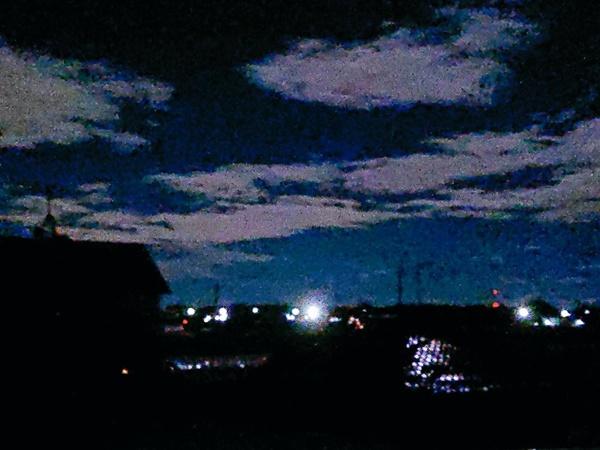 Trái ngược với bầu trời tím dự báo điềm dữ trước khi Hagibis đổ bộ, dân Nhật hứng khởi với cảnh quang đãng, trăng sáng rực lúc siêu bão đi qua-14