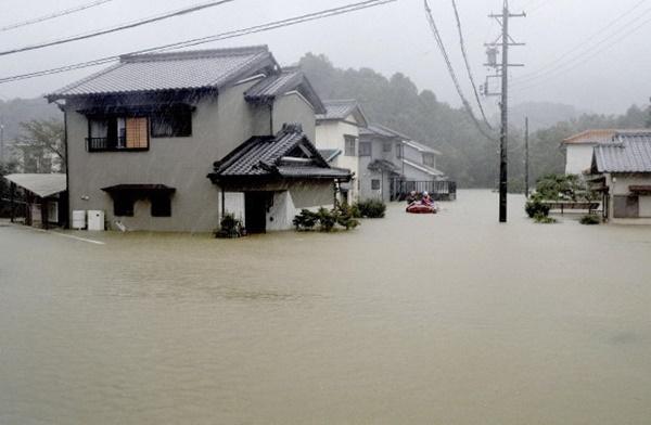 Trái ngược với bầu trời tím dự báo điềm dữ trước khi Hagibis đổ bộ, dân Nhật hứng khởi với cảnh quang đãng, trăng sáng rực lúc siêu bão đi qua-15