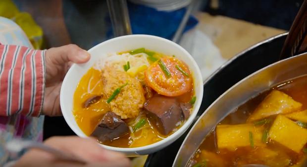 Là MC có thu nhập khủng nhất nhì Việt Nam nhưng Trấn Thành ăn uống lại cực giản dị, toàn rủ bạn bè đi ăn đồ vỉa hè bình dân-4