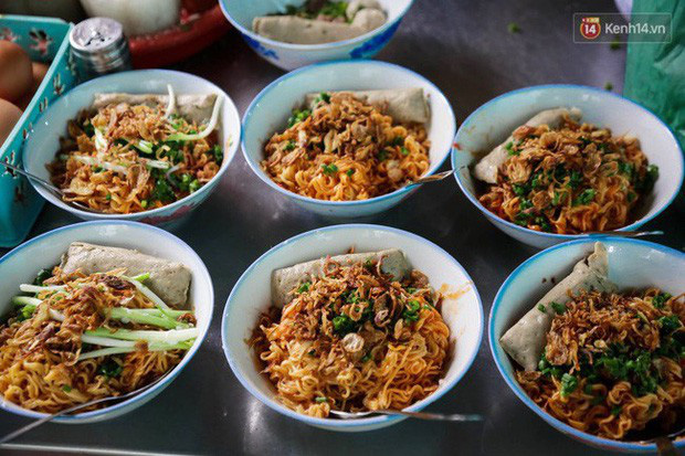 Là MC có thu nhập khủng nhất nhì Việt Nam nhưng Trấn Thành ăn uống lại cực giản dị, toàn rủ bạn bè đi ăn đồ vỉa hè bình dân-8