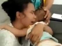 Cậu bé chết thảm khi nghịch dây sạc cắm trong ổ điện, bà mẹ trẻ hối hận gào khóc thê lương
