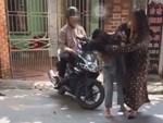 Xôn xao cảnh người phụ nữ bị nhóm người đánh ghen, cắt tóc, lột sạch đồ ngay giữa đường-8