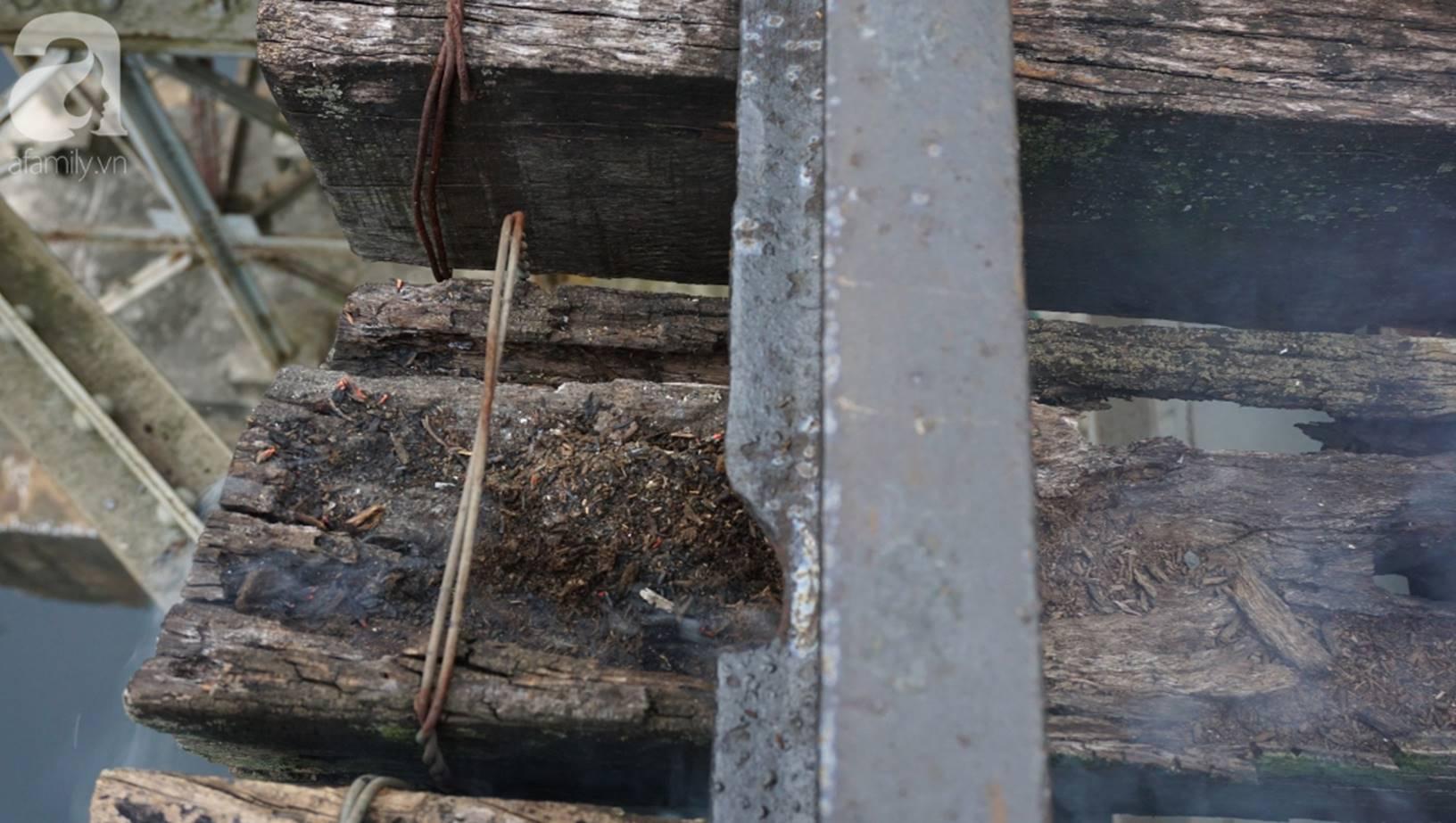 Hà Nội: Vứt tàn thuốc gây cháy dầm gỗ cầu Long Biên, nhóm nam thanh nữ tú vẫn vô tư chụp ảnh sống ảo trên đường ray-3