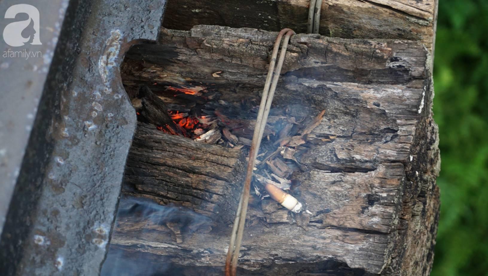 Hà Nội: Vứt tàn thuốc gây cháy dầm gỗ cầu Long Biên, nhóm nam thanh nữ tú vẫn vô tư chụp ảnh sống ảo trên đường ray-5